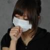風邪をひいて咳き込む女性